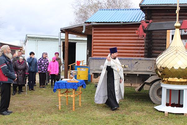 Освящение креста и купола провел Отец Владимир